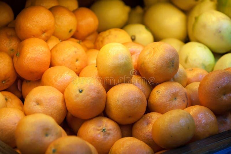 Много tangerines против Плод на гастрономе стоковая фотография rf