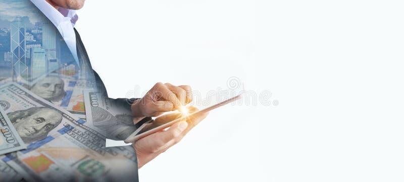 Множественная выдержка бизнесмена использует планшет для управления finiancial с пустым космосом стоковое фото