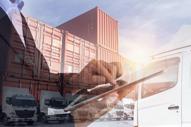 Множественная выдержка бизнесмена используя планшет с контейнером для перевозок с перевозить на грузовиках стоковые изображения rf