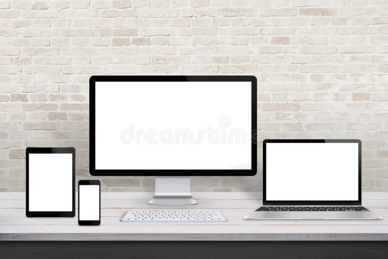 Множественные дисплейные устройства для продвижения отзывчивой сети desing стоковая фотография rf