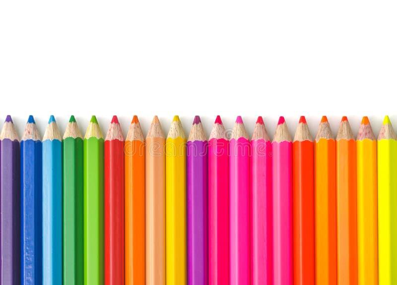 Множественные карандаши цвета изолированные на белой предпосылке стоковые фото