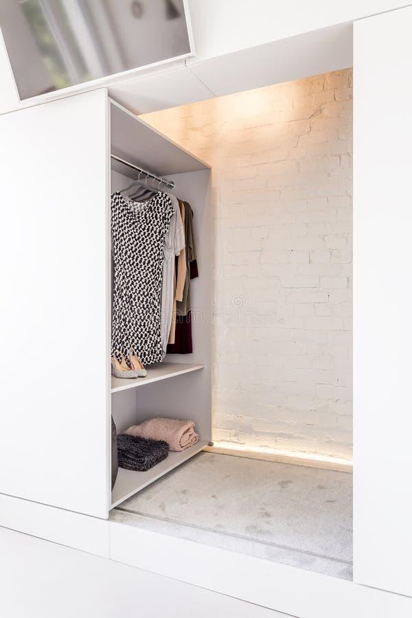 Множество комнаты хранить ваши одежды стоковое изображение rf