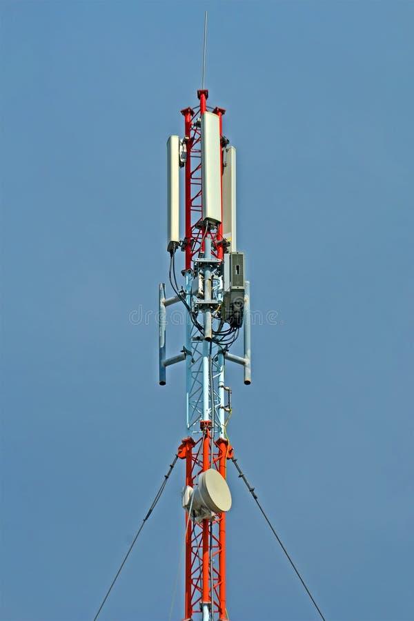Мобильная антенна на голубом небе, современное разнообразие передатчиков, стоковое фото rf