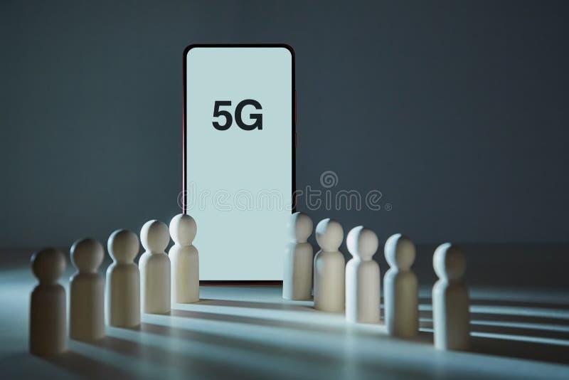 Мобильное поколение Технология сетевого подключения Современный смартфон с надписью 5G, деревянными рисунками Копировать простран стоковое изображение