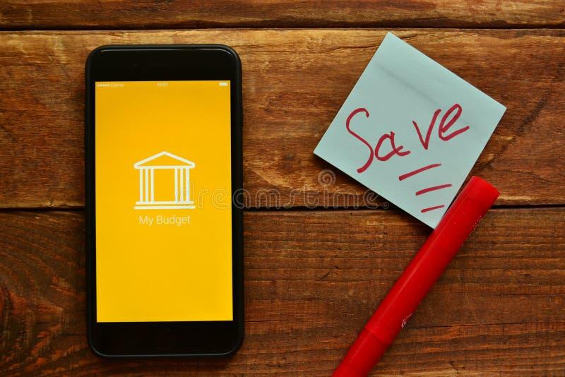 Мобильное приложение для того чтобы контролировать наличные деньги стоковое изображение rf
