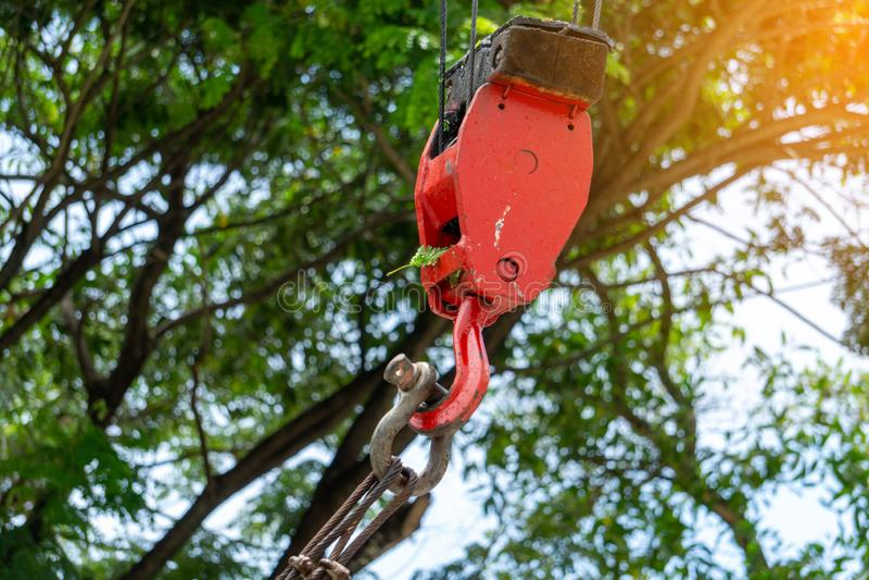 Мобильные краны конструкции с красным поднимаясь стальным крюком крана, шарнирным соединением и слингом соединения стальным Запач стоковое изображение