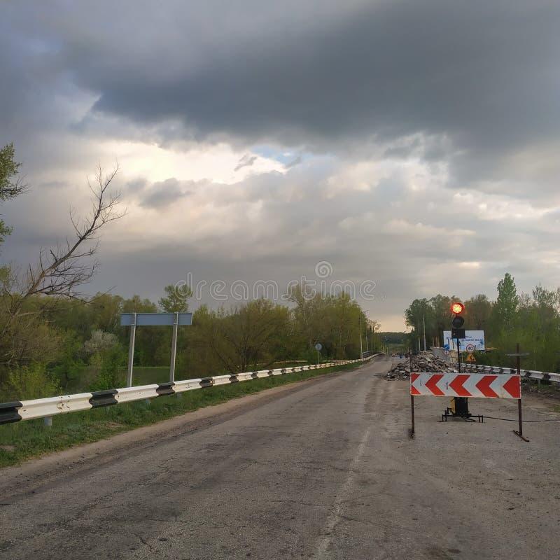 Мобильный светофор преграждает путь на одной стороне моста, на котором ремонты случаются стоковые изображения