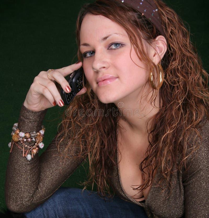 мобильный телефон девушки стоковые фотографии rf