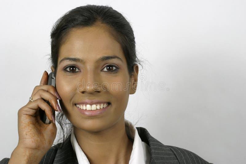 мобильный телефон индейца вызывая девушки стоковые изображения