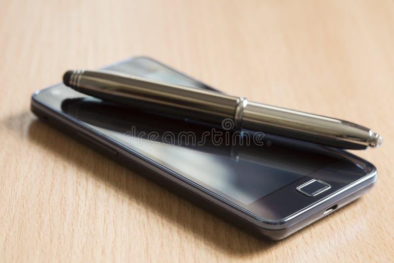 Мобильный телефон и ручка стоковые фотографии rf