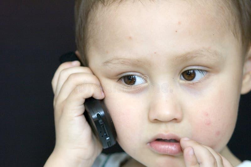 мобильный телефон мальчика стоковые изображения rf