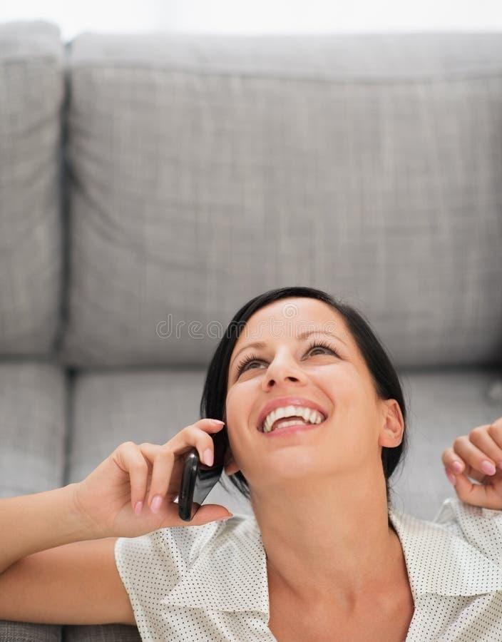 Мобильный телефон счастливой молодой женщины говоря стоковые фото