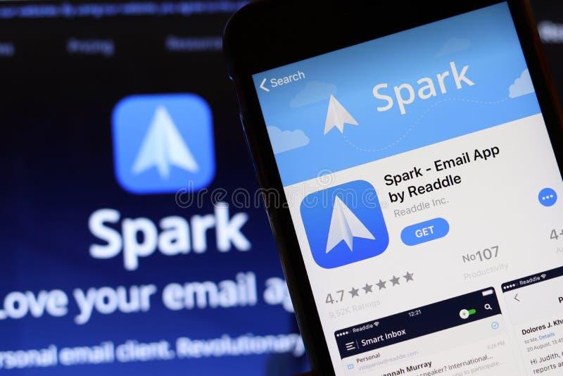 Мобильный телефон с значком приложения Spark Email на экране закрывается с помощью веб-сайта Spark на ноутбуке Размытый фон стоковая фотография rf
