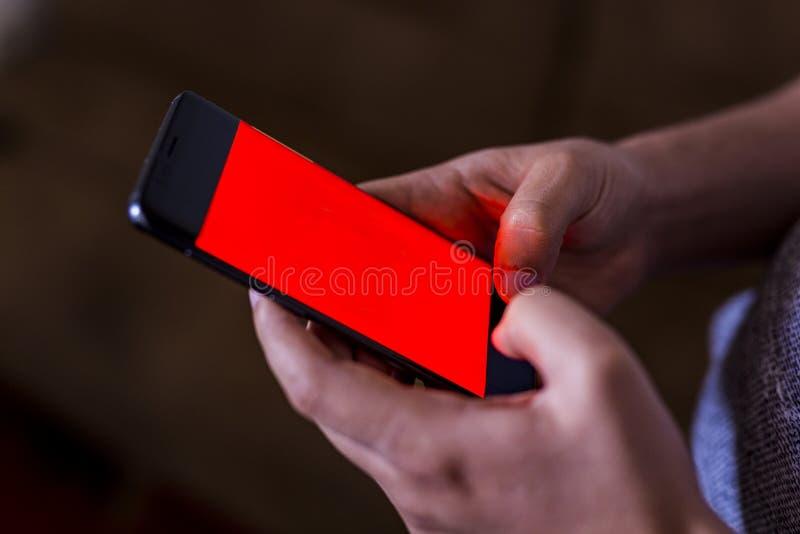 мобильный телефон удерживания руки человека в кофейне Человек используя смартфон Пустой экран с космосом экземпляра для текста ил стоковые фото