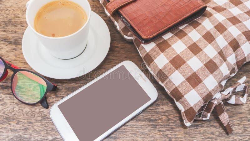 Мобильный телефон и кофе на деревянном поле стоковое изображение rf