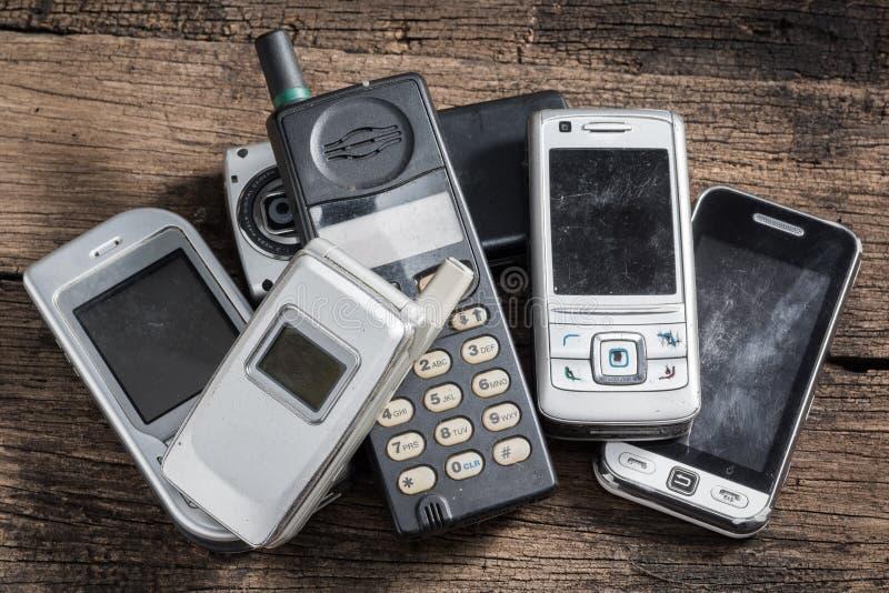 Мобильный телефон на древесине стоковая фотография rf