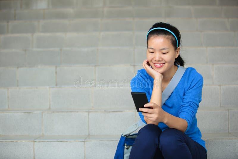 Мобильный телефон пользы студента колледжа стоковая фотография rf