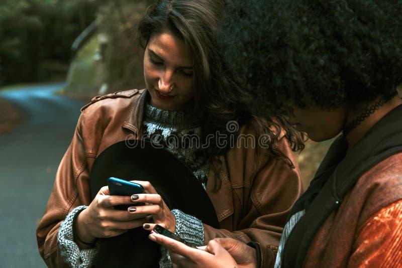 Мобильный телефон wity друзей стоковая фотография rf