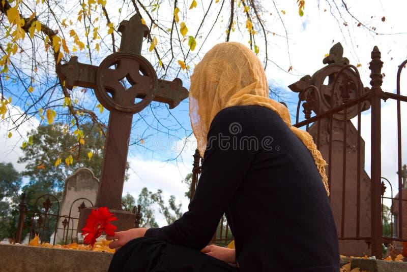 могила завуалировала женщину стоковое фото