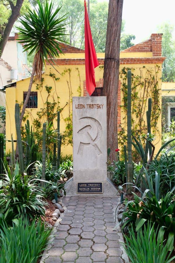 Могила Леон Trotsky на доме где он жил в Coyoacan, Мехико стоковое фото rf