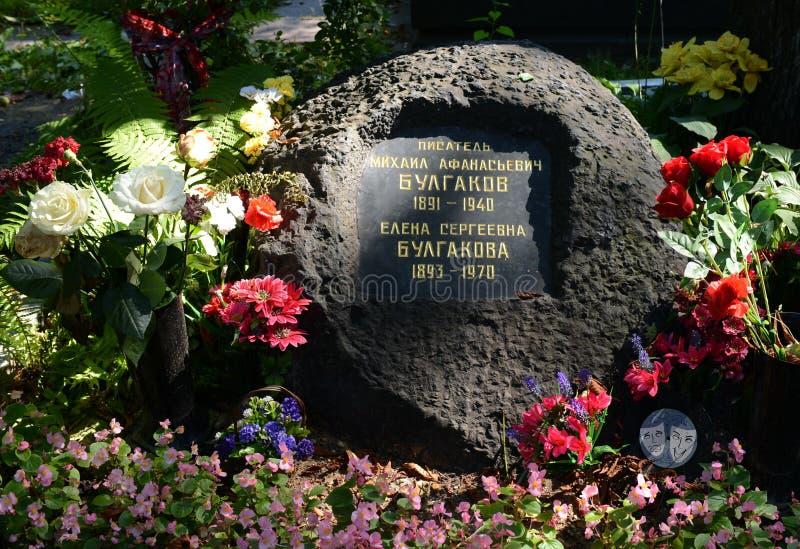 Могила писателя Mikhail Bulgakov на кладбище Novodevichy в Москве стоковые изображения rf