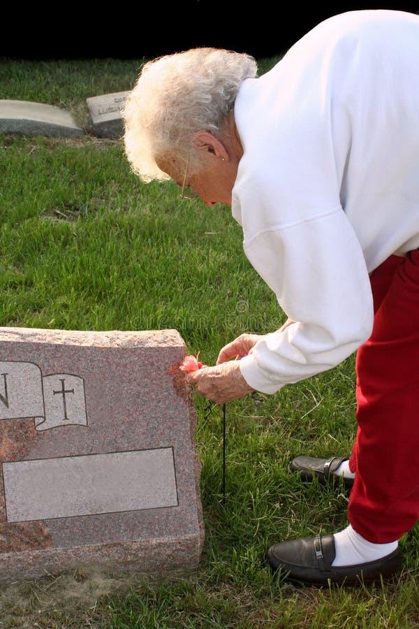Могила старшей женщины посещая стоковая фотография rf