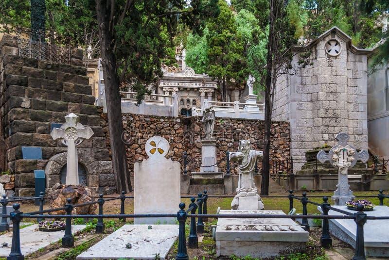 Могилы и крипты на кладбище Montjuic, Барселоне, Испании стоковая фотография rf