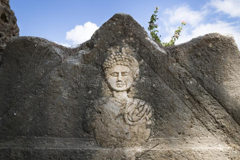 Могильный камень высекая в руинах Al-баса, покрышки, Ливана стоковое фото rf