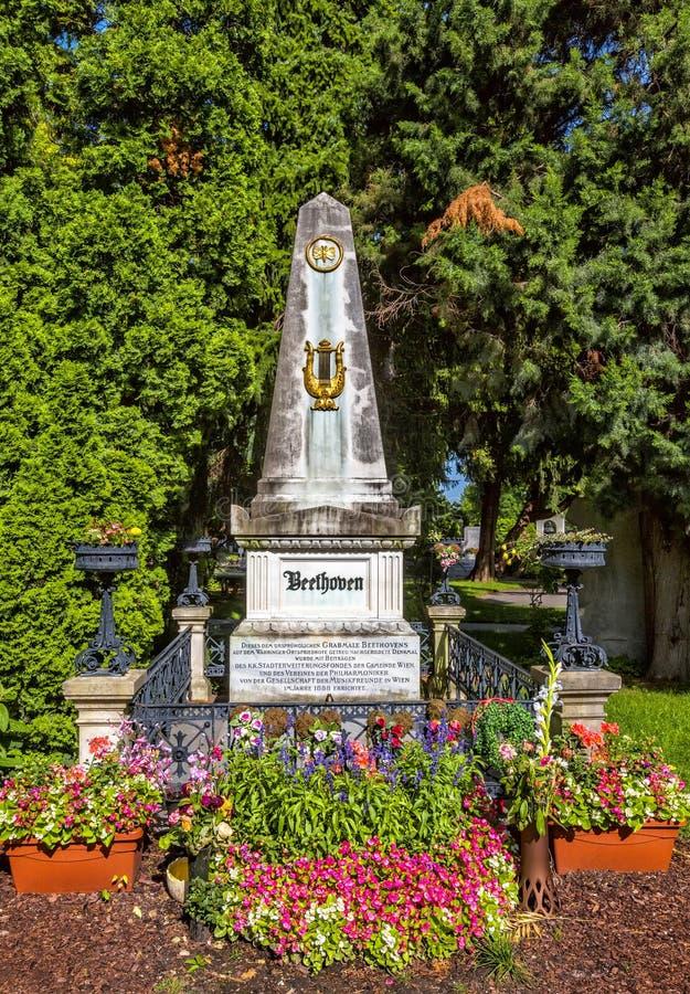 Могила композитора Людвиг ван Бетховена в кладбище в вене стоковые изображения