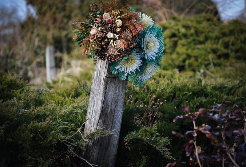 Download Могила с искусственными цветками Стоковое Фото - изображение насчитывающей деревянно, green: 41659112
