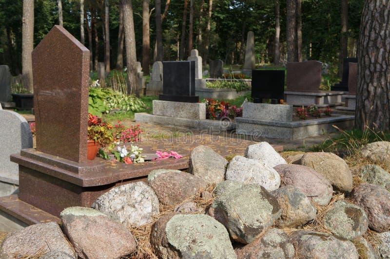Могилы в кладбище стоковое фото