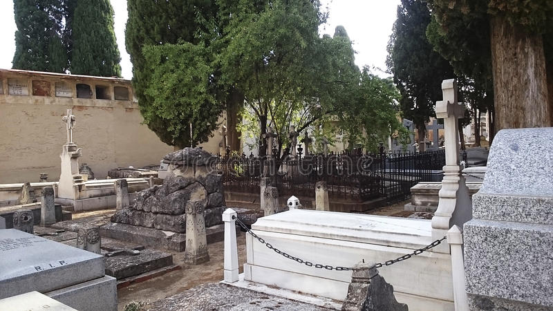 Могилы кладбища, Мадрида ` s Carabanchel и надгробные плиты стоковые фотографии rf