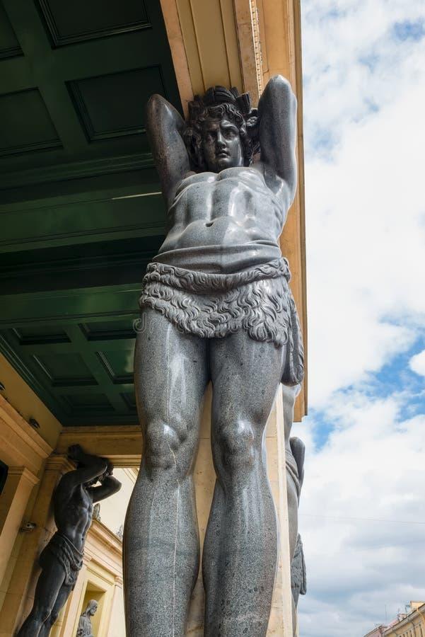 Могущественный титан держа свод рая на его плечах стоковые изображения rf