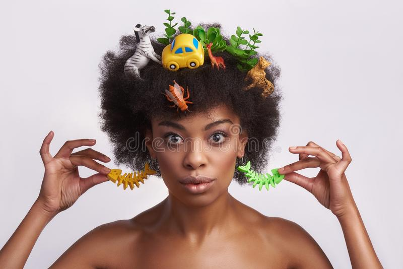 Мода выглядя этнической женщиной в нечетном стиле стоковое изображение
