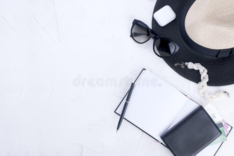 Мода женщины ультрамодная одевает коллаж на белизне, положении квартиры, взгляд сверху Аксессуары ` s женщин каникула запланирова стоковая фотография rf
