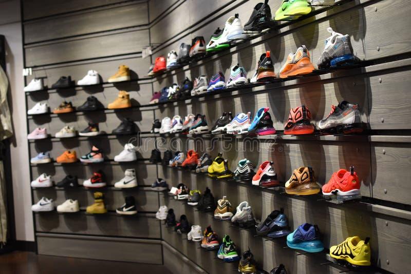 Мода мечты 2019 стены Sneakerhead Nike стоковые фотографии rf