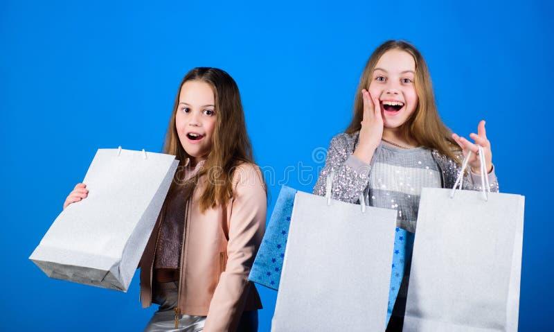 мода ребенк background card congratulation invitation Продажи и скидки Небольшие девушки с хозяйственными сумками Счастливые дети стоковые изображения