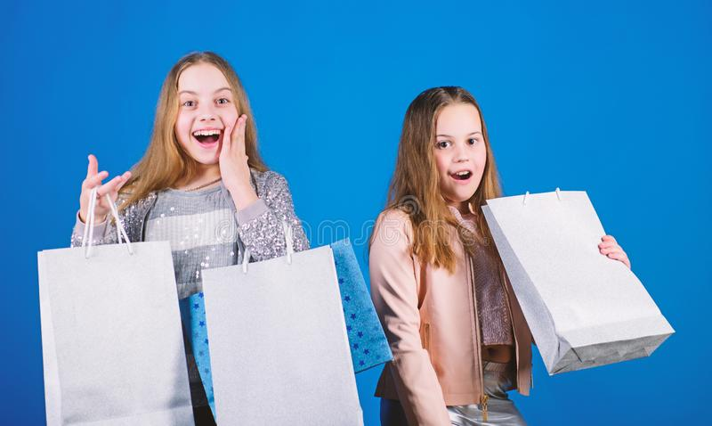 Мода ребенк background card congratulation invitation Продажи и скидки Небольшие девушки с хозяйственными сумками E Сестры малень стоковая фотография