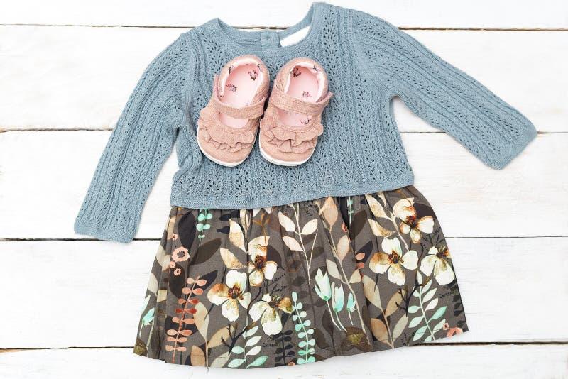 Мода ` s детей Платье и ботинки для маленькой девочки стоковые фотографии rf