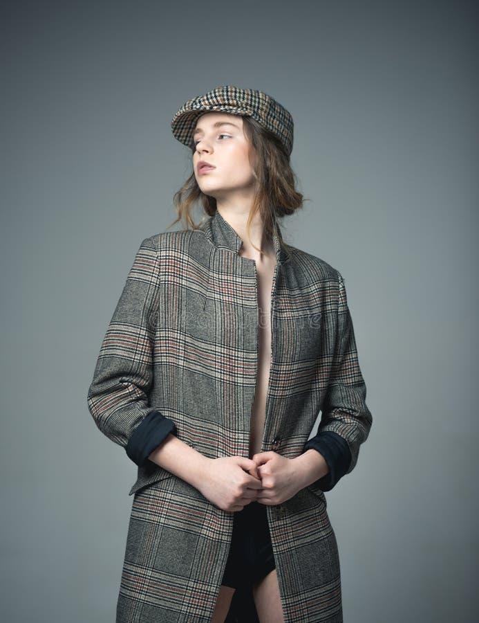 Моделирование одежд atelier моделирования одежд милая женщина моделируя одежды на манекене одежды моделируя концепцию она стоковые изображения rf