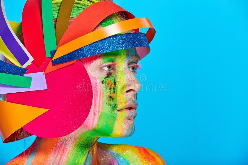 Моделируйте с красочным абстрактным составом в пестротканом шлеме стоковая фотография