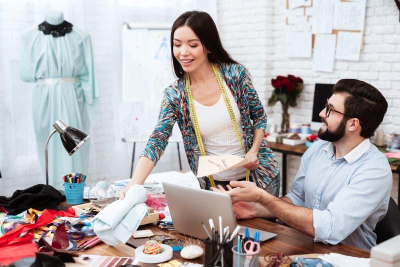 2 модельера обсуждая модельный чертеж стоковые фотографии rf