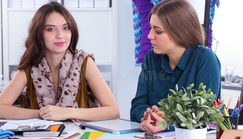 2 модельера работая совместно на столе стоковое изображение rf