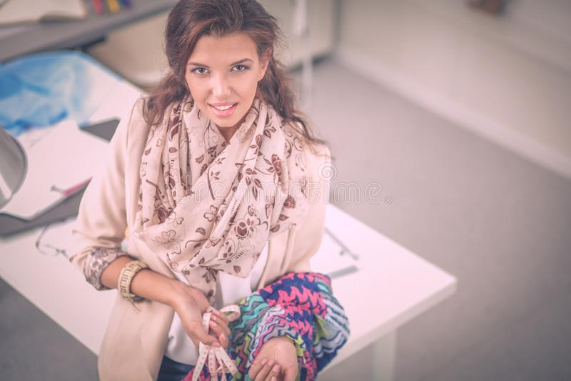 Модельер молодой женщины работая на студии стоковая фотография