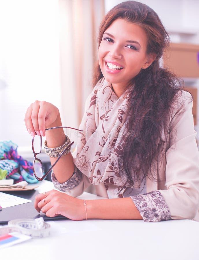Модельер молодой женщины работая на студии стоковая фотография rf