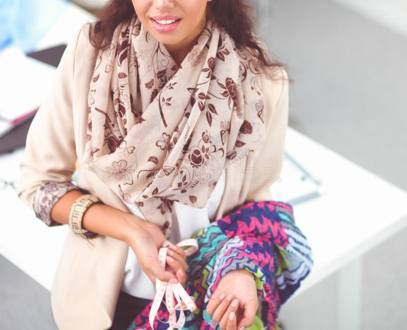 Модельер молодой женщины работая на студии стоковое фото rf