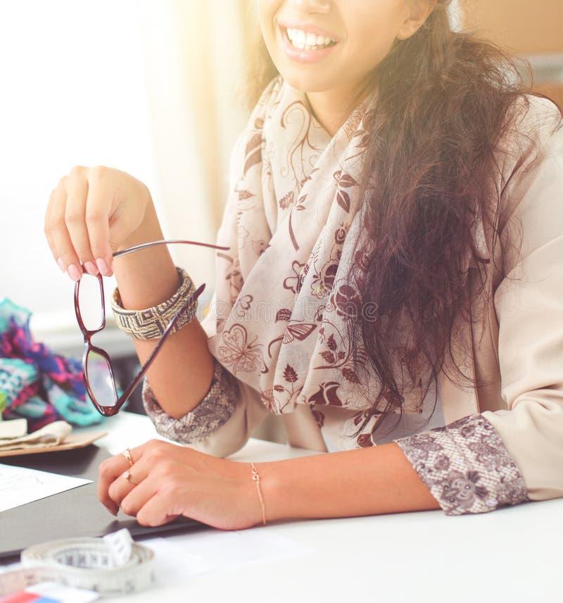 Модельер молодой женщины работая на студии стоковые фотографии rf