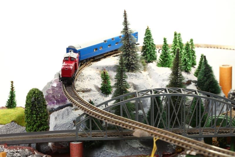 Модельная железная дорога на миниатюрной модельной сцене стоковые изображения rf