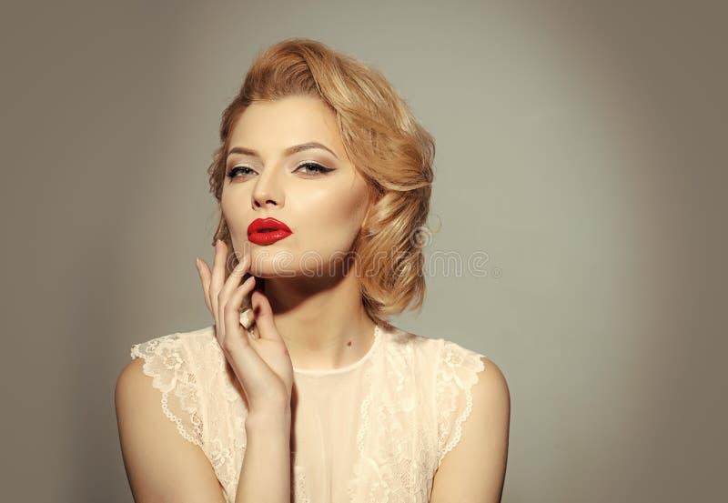 модельное ретро модная представляя женщина Год сбора винограда, skincare, взгляд стоковые изображения rf
