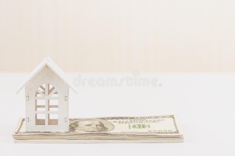 Модельный Белый Дом на 100 долларах банкноты Вклад свойства и концепция ипотеки дома финансовая, стоковая фотография rf